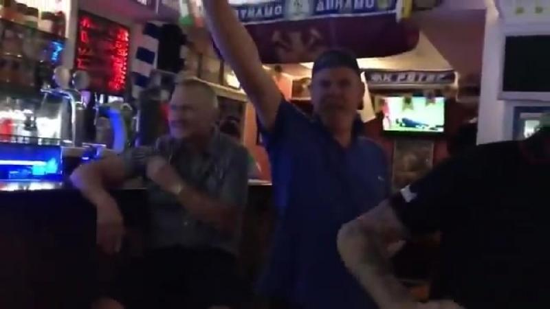 Тем временем в Волгограде разгорается скандал: кучка бухих англичан кидали зиги и горланили антисемитские песни в пабе Галерея.