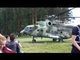 Вертолет взлетает.Все сдувает от винтов ветром-только держись-можно так с самолётом улететь.Все. села спиной.