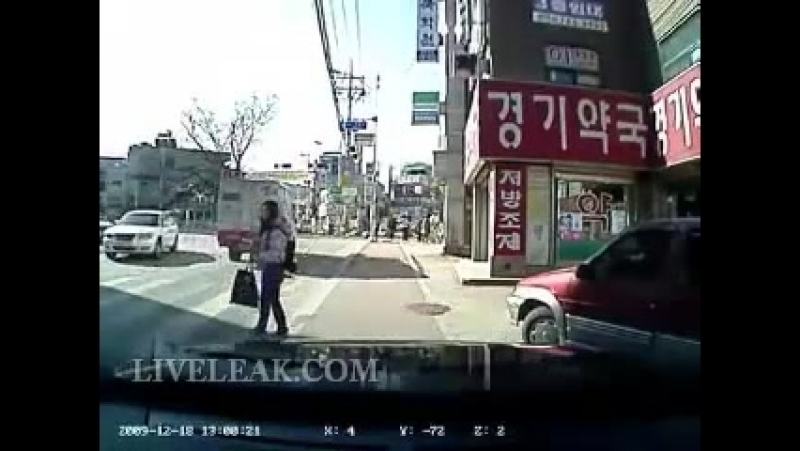 Une fille se fait ecraser le pied par une voiture ( 384 X 512 ).mp4