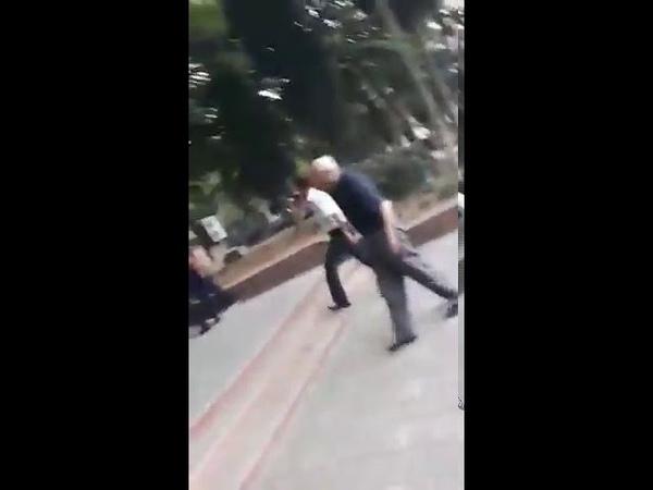 Gəncədən xəbər var Polis əməkdaşı bıçaqlandı.Yaralıların oldugu deyilir