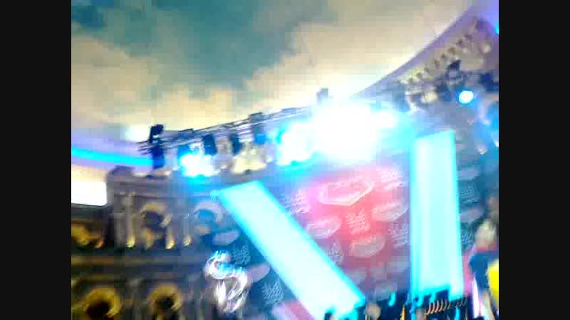 На праздничной Партийной Зоне Муз-ТВ в Кунцево поют Юленька Началова и группа Премьер-министр. 21 октября 2018.