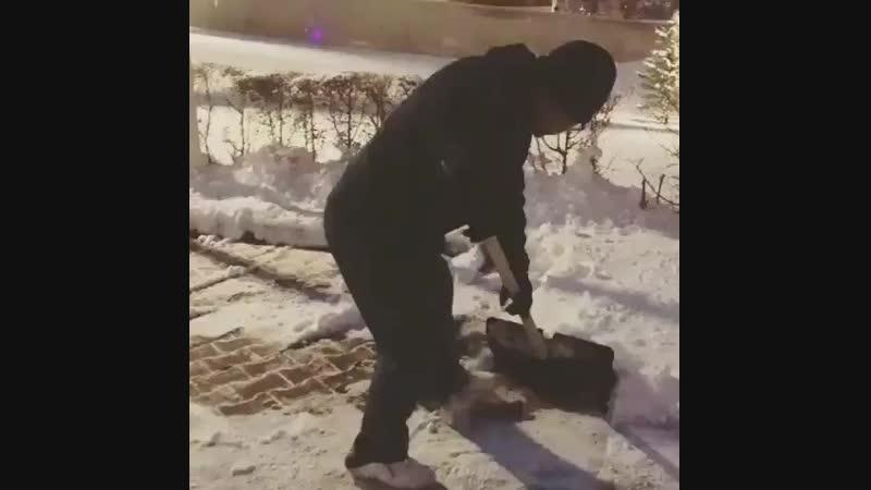 Астанадағы Кардиохирургия орталығының басшысы аурухана маңайындағы қарды өзі тазалап жүр.