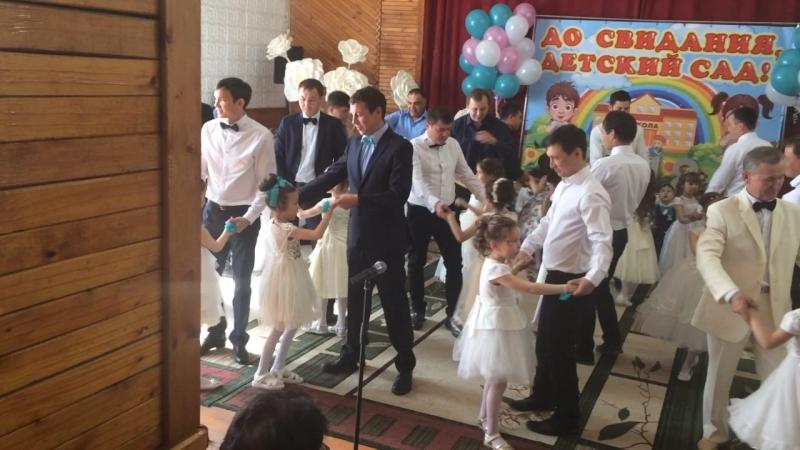 Танец пап с дочками в детском саду