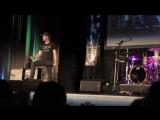 Дженсен Эклз выступает на концерте группы