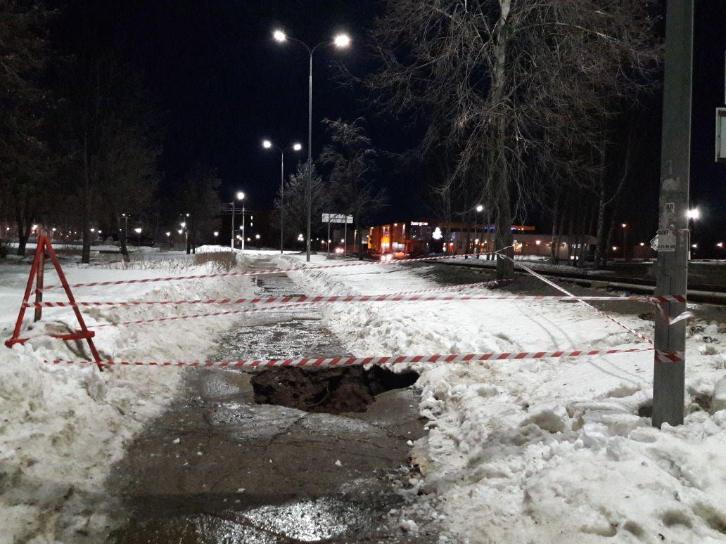 провал в тротуаре, Чайковский, 2018 год