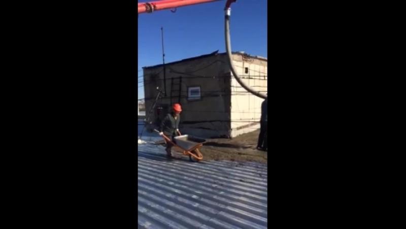 Раствор на крышу по ул. Туркестанской подают с помощью бетононасоса