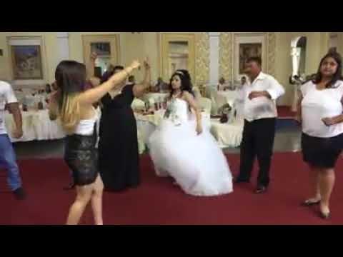 Düğün şarkıcısı dediğin böyle olur