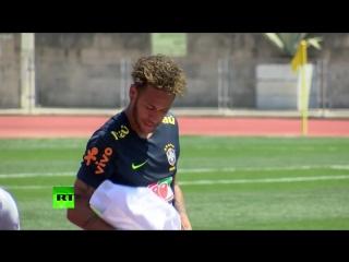 Мука и куриные яйца от Неймара: футболист необычным образом поздравил партнёров по сборной