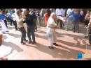 дед показал как нужно танцевать