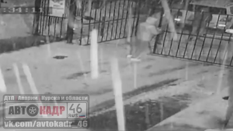В Курске на улице Льва Толстого двое неизвестных целенаправленно ломали автоматические ворота