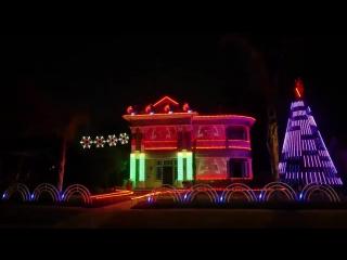 вот так украсил американец свой дом к Рождеству