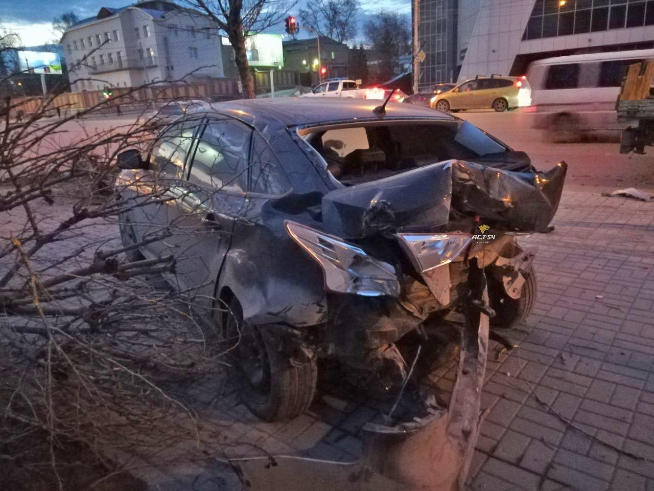 ДТП в Новосибирске: протараненный мощным ударом «Форд» выкорчевал дерево