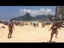 На пляже девушки играют в мяч
