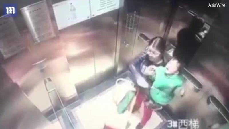 Няня избивает ребёнка в лифте 18/IT'S TIME VIDEO