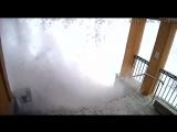 С крыши здания администрации Видяево на маму с ребенком сошел снег.(01.03.18)