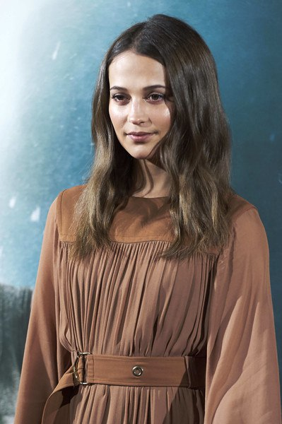 """Алисия Викандео активно учавствует в промо-туре прикоюченческого боевика """"Tomb Raider: Лара Крофт"""". Актриса посетила фотоколл ленты в Мадриде."""