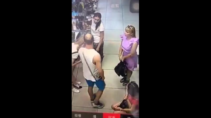 Мужчина ударил женщину