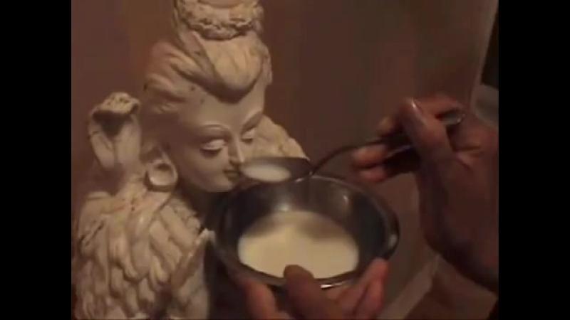 Мурти Господа Шивы пьет молоко