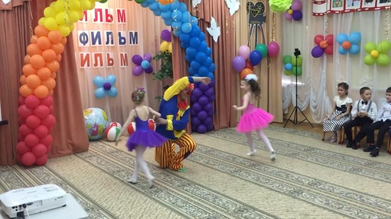 Куклы и клоун