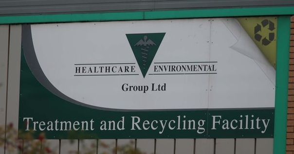 в британии завод по утилизации медицинских отходов, в том числе человеческих органов, частей тел и высокотоксичных материалов, оказался в центре скандала. дело в том, что в сеть попали снимки,