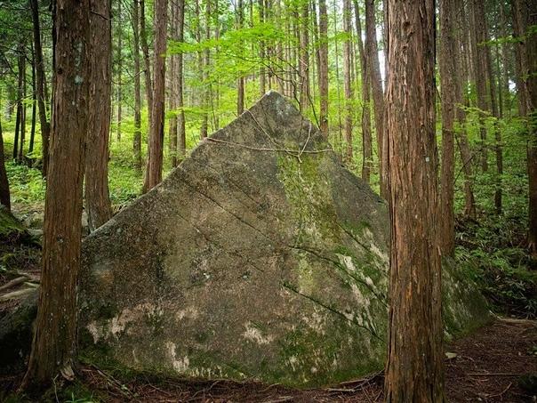 Загадочные пирамиды в лесу на горе Касаги в Японии Недалеко от Японского города Киото можно найти четыре причудливые пирамиды состоящие из гранита. Длина пирамид варьируется от 2 до 4 метров.