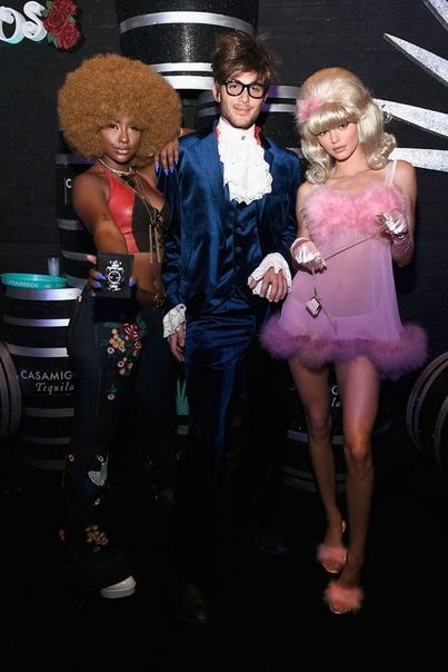 Гости вечеринки в честь Хэллоуина в Лас-Вегасе Похоже, Рэнди Гербер и Синди Кроуфорд решили завоевать титулы короля и королевы хэллоуиновских вечеринок. В пятницу они устроили звездный маскарад