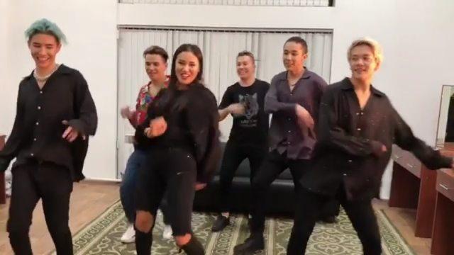 🔴fan page on Instagram Лучшие😍 Repost @13nazima Вот так мы веселились за час до концерта 😅 @ninetyone 💙 Концертке бір сағат қалғанда бiз осыла
