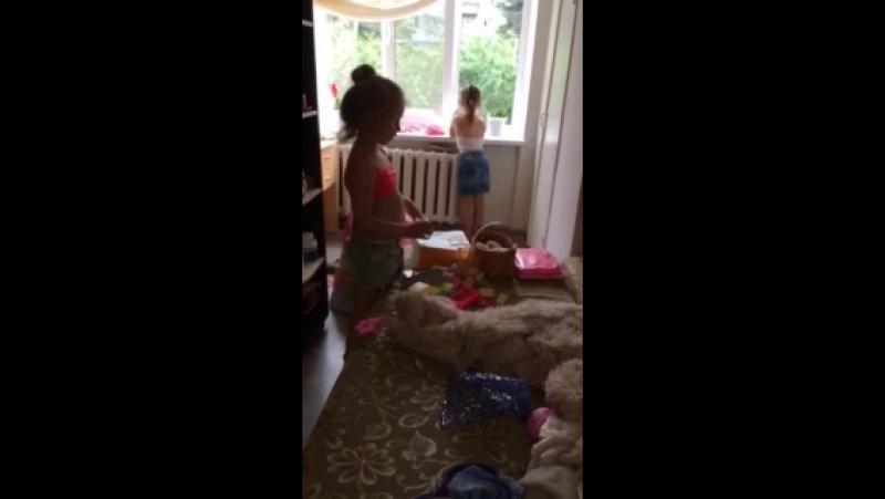 спорят кто убирает игрушки)