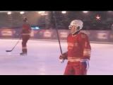 Путин и Шойгу сразились с легендами хоккея на Красной площади