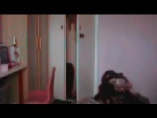 Полтергейст двигает стулья и открывает дверцы шкафов.mp4