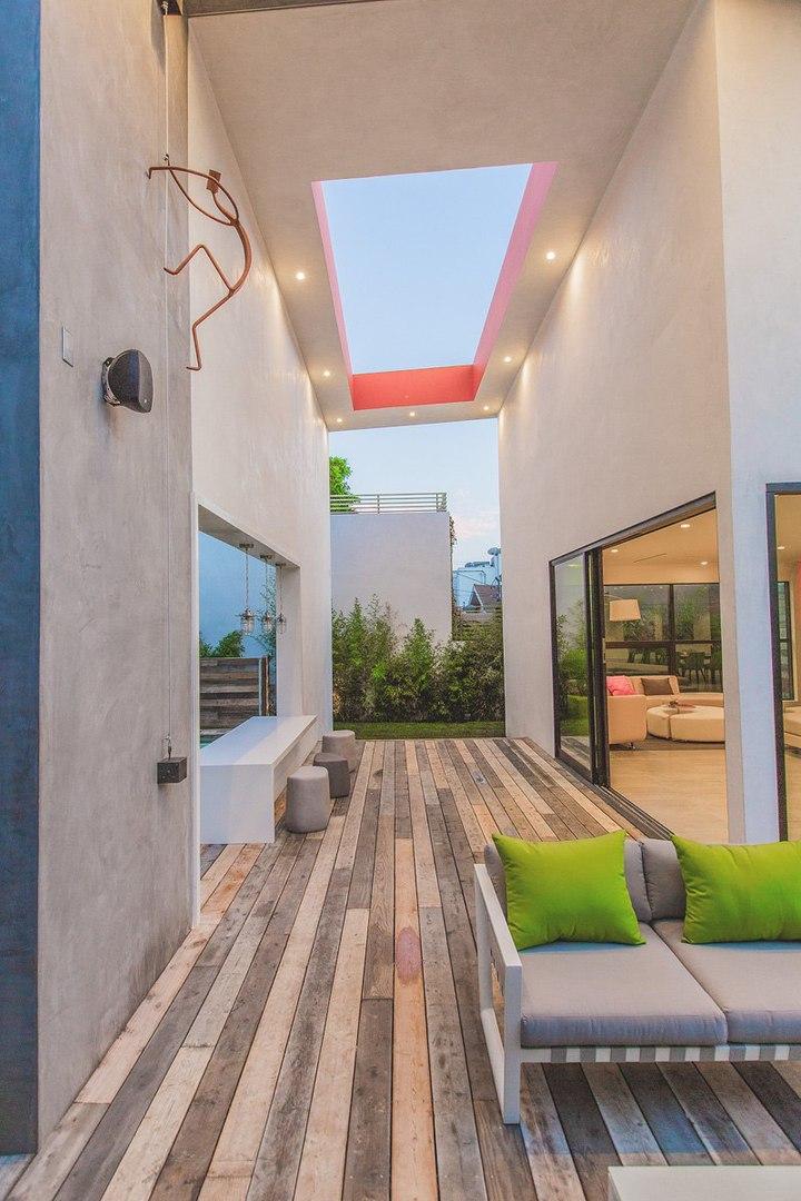 Угловые линии и контрастный цвет на фасаде современного дома в Лос-Анджелесе, США, архитектор Amit Apel.