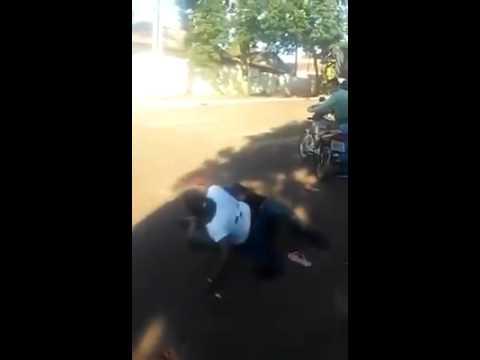 Mujer da tremenda paliza y desarma a un hombre