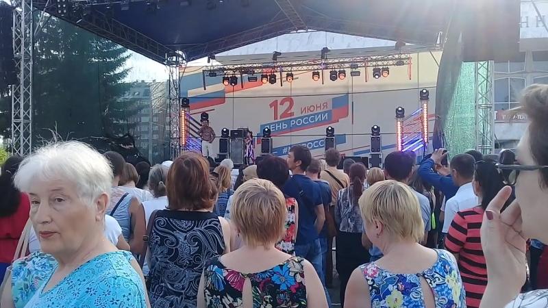 деньроссиикрасноярсктеатральнаяплощадьузбекская песня Qirmizi olma