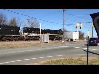 Поезд протаранил фуру