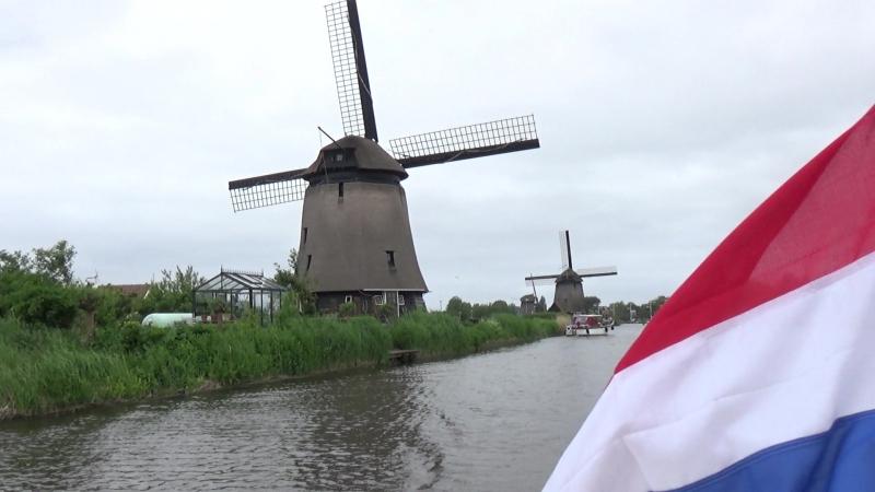 Плывем на туристическом кораблике по каналам г. Алкмаар мимо мельниц 16-го века. Северная Голландия
