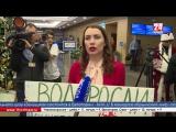 Журналисты оригинальными плакатами хотят привлечь внимание Президента РФ на большой пресс-конференции, чтобы задать ему свой воп