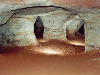 Тайна библиотеки Атлантов Система туннелей и пещер под Эквадором и Перу хранит древнюю сокровищницу, включая две библиотеки, одну — из металлических книг, а другую — на кристальных таблицах. В