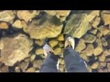 Прогулка по прозрачному замёрзшему озеру в горах Высокие Татры в Словакии.