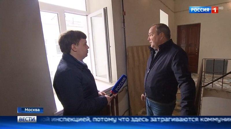 Вести-Москва • Незаконный лифт: самострой в вековом доме в центре Москвы