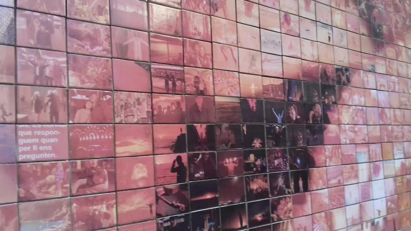 Стена поцелуев в Барселоне.
