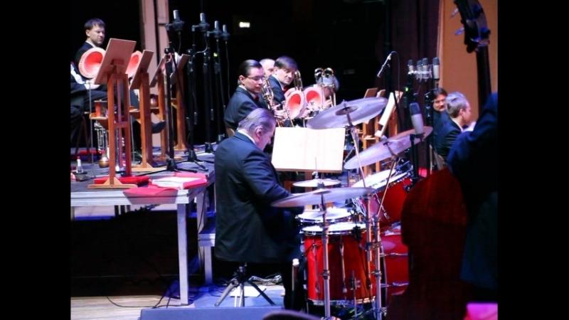 Есть ещё ураники в наших селеньях ... Барабанщик и з оркестра имени Лундстрема.