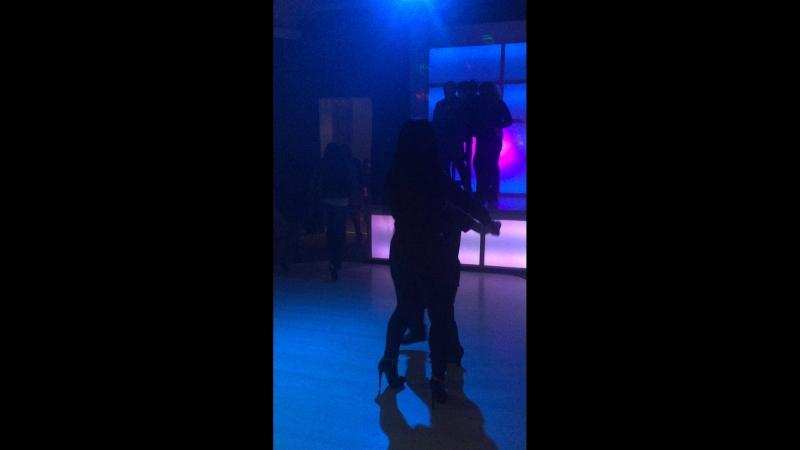 Иса танцует с девушкой первый раз.))