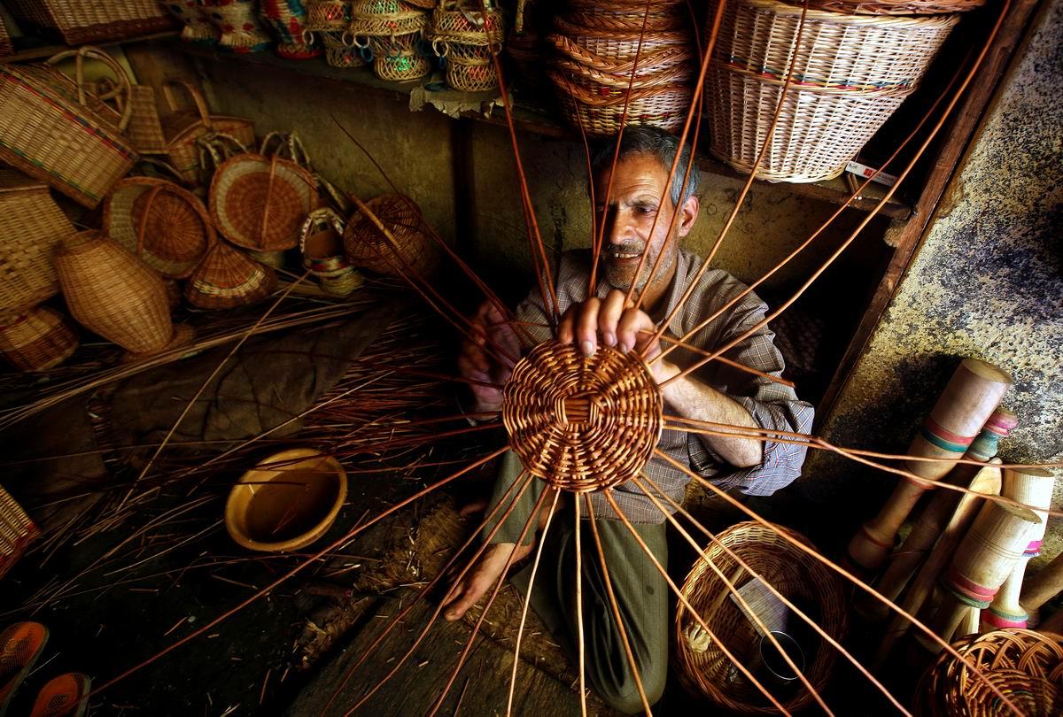 А я умею делать Солнце вручную!: Индийский мастер плетения корзин