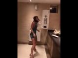 Вот почему девушки так долго не выходят из туалета)))