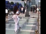 Мулатка с красивой большой пытается играть в баскетбол большая красивая задница прозрачная одежда на каблуках негритянка