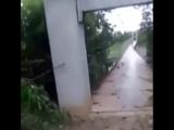 Висячий мост под страшными порывами ветра.