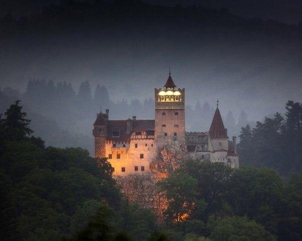 замок бран - убежище дракулы. этот монументальный замок бран в румынии часто называют обителью нечисти и зла. ежедневно его посещают сотнями туристы со всего мира. такой ажиотаж вокруг объекта