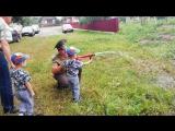 Мальчишки пробуют себя в роли пожарников)))