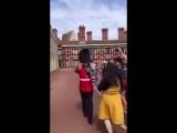 Британский гвардеец грубо обошелся с туристкой, фотографировавшейся с ним