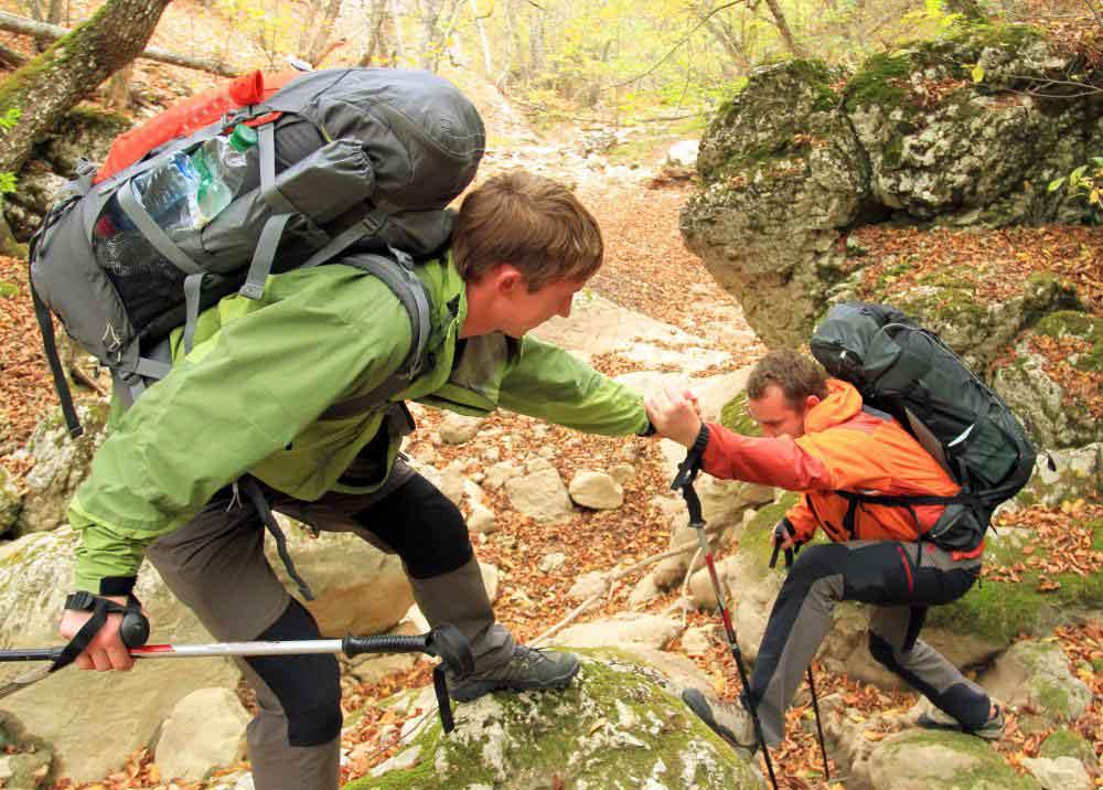 Кроссовки часто носят туристы, поскольку их можно удобно носить и обеспечивать защиту ног и лодыжек человека.